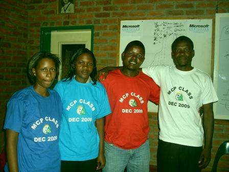 Schüler der MPC Klasse mit ihren stolzen T-Shirts.